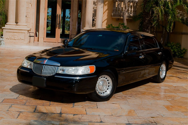 Lincoln Sedan Almond Rental
